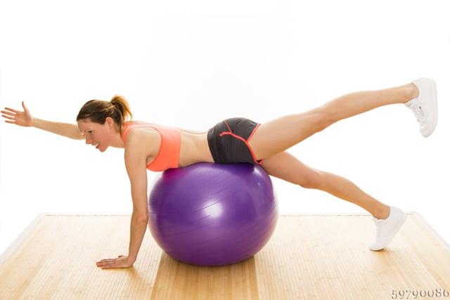 Gymnastikball Übungen für den Rücken