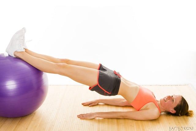 Gymnastikball Übungen mit dem Bauch